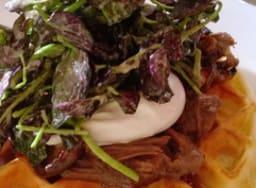 Gaufre au bison braisé, shiitake, oeufs pochés et cresson rouge