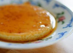 Crème caramel sur assiette vintage