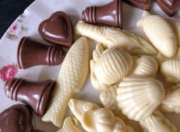 Assortiment de chocolats blanc et au lait pour Pâques