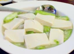 Une assiette de tofu soyeux