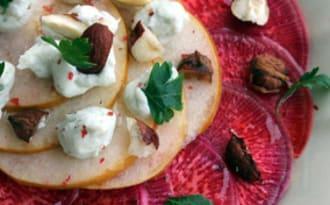 Carpaccio de betterave Chioggia, poires et crème de roquefort