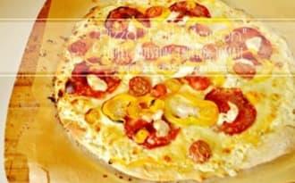 Pizza fine au poulet tomate chorizo et poivron