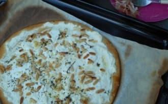 Pizza blanche ricotta, parmesan, fromage de chèvre frais et pignons de pin