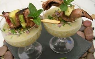 Velouté glacé de courgettes, menthe et pistache et sa brochette de canard