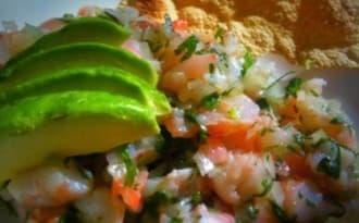 Salade complète à l'avocat, aux crevettes et oeufs mayonnaise, épices