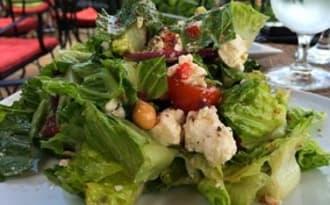 Salade verte aux saucisses de dinde, tomates, fromage, pois chiche