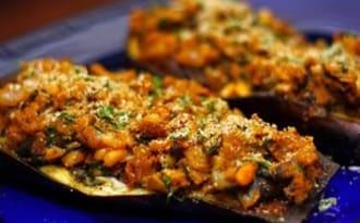 Aubergines farcies aux oignons, tomates et pignon de pin - vegan -