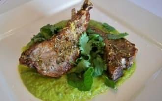 Purée de petits pois , carottes, haricots mange-tout au cumin et curry et côtelettes d'agneau grillées