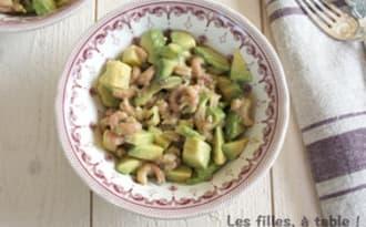 Salade d'avocats et crevettes grises