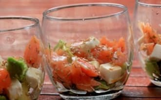 Verrines saumon, avocat, feta sauce soja et sésame