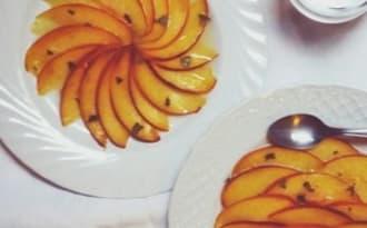 Carpaccio de pêches et nectarines à la sauge et au citron vert