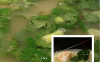 Bouillon à la coriandre, au gingembre et crevettes.