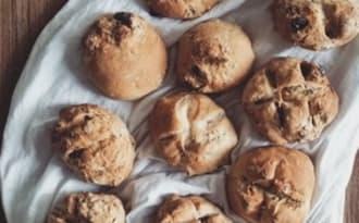 Petits pains au levain aux graines, arachides et fruits secs