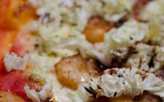 Pizza aux crevettes et au chou chinois