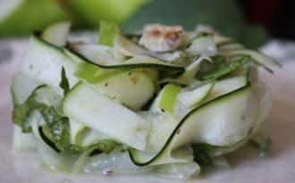Tagliatelles de concombre et courgette aux pommes granny, noix et menthe