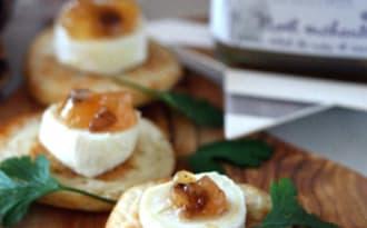 Mini blinis au bouchon du Quercy et confiture de poire cannelle et éclats de noix