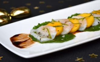 Carpaccio de saint-jacques marinées au citron vert, mangue et feuilles de wasabi