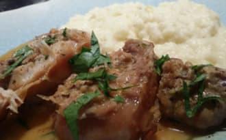Rôti de lapin aux champignons. Purée de pommes de terre, navets et radis noir