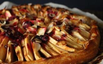 Tarte fine aux pommes, framboises et amandes