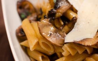 Poêlée de pâtes complètes aux champignons de Paris et à la coriandre