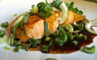 Dos de saumon. Sauce soja. Oignons nouveaux