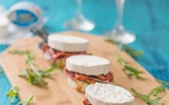 Sandwichs apéritifs au Caprice des Dieux, coppa, roquette et tomates séchées