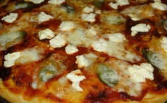 Pizza végétarienne chèvre, basilic et confiture de tomate