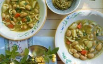 Soupe de haricots et de pâtes au pesto d'herbes