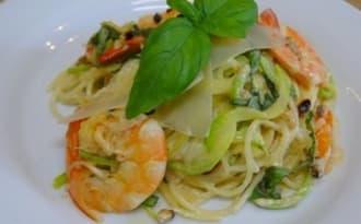 Spaghettis de courgettes aux gambas, piment d'Espelette, basilic et pignons