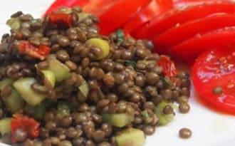 Salade de lentilles au concombre et à la tomate séchée.