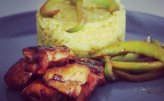 Poulet mariné, risotto au curry et poivron vert