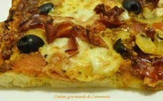 Pizza Speck et olives noires