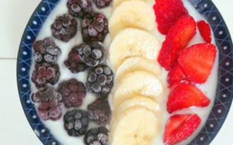 Smoothie bowl patriotique mûres, bananes et fraises