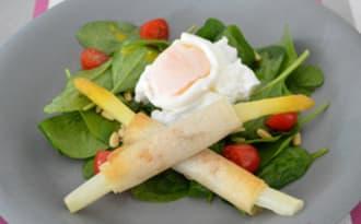 Asperges roulées et œuf poché sur salade d'épinards