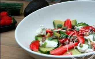 Salade de fraises, avocat et fromage de chèvre frais