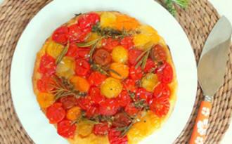 Tarte tatin aux tomates cerises multicolores, miel, thym et romarin