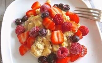 Oeufs brouillés sucrés, pomme, cannelle et fruits rouges
