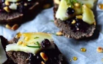 Toasts de sarrasin au romarin, tomme de brebis et myrtilles sauvages