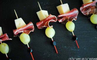 Brochette de Gruyère, coppa et raisin