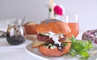 Burger végétarien rose betterave