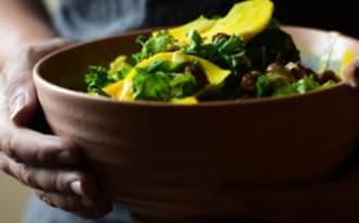 Salade de chou kale, pois chiches rôtis & betterave crue