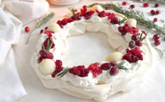 Pavlova couronne de Noël aux cranberries, grenade et poire