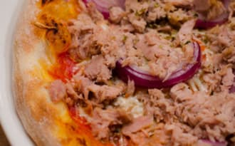 Pizza au thon et à la moutarde à l'ancienne
