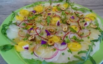 Carpaccio de navet long, carotte jaune et radis, vinaigrette à l'huile d'olive, Xérès, gingembre et soja