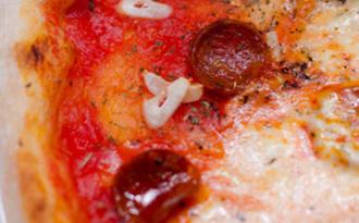 Pizza au chorizo, à la mozzarella et à l'ail