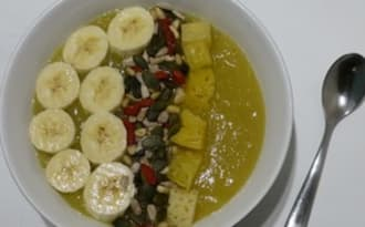 Smoothie bowl aux graines, ananas et banane