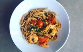Spaghetti aux crevettes et aux tomates cerises