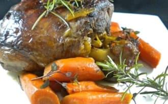 Gigot d'agneau confit au miel, carottes et romarin
