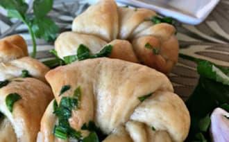 Les pains noues au persil et à l'ail