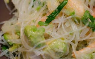 Salade de vermicelles de riz à l'avocat et aux crevettes